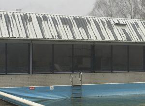 De verflaag van het dak van Laco Zwembad de Smelen bladdert af.